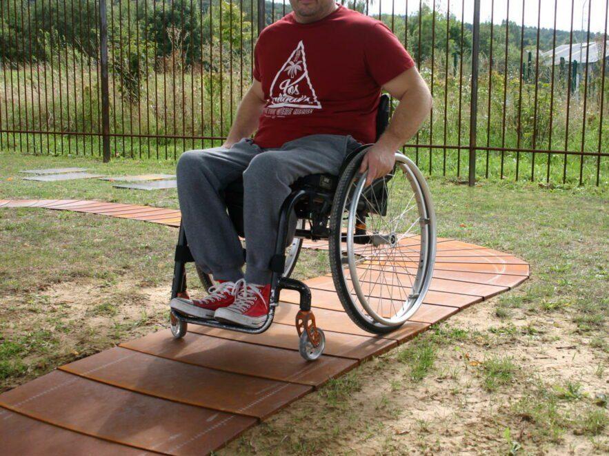 Der modulare Gartenweg ist auch für Rollstuhlfahrer geeignet