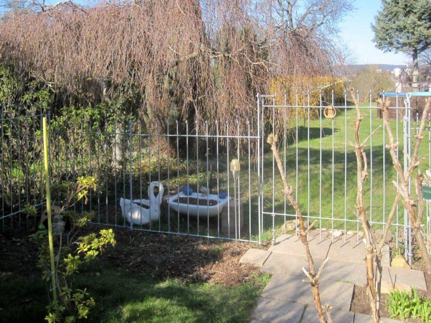 Verzinkter Gartenzaun aus Metall für den Beagle-Mischling