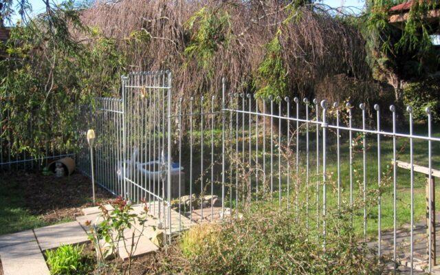 Gartenzaun aus verzinktem Metall