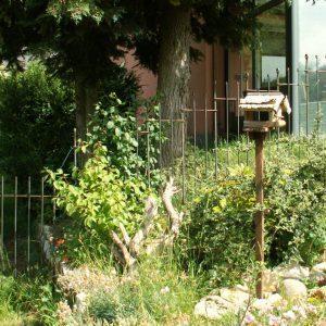 Gartenzaun im Gefälle und über eine Mauer aufgestellt