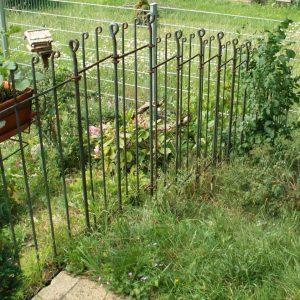 Gartenzaun stufenförmig im Hang aufgebaut
