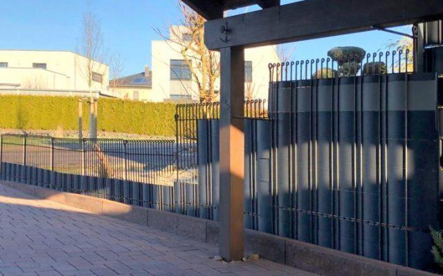 Zaun mit Sichtschutzstreifen als Blätterfang