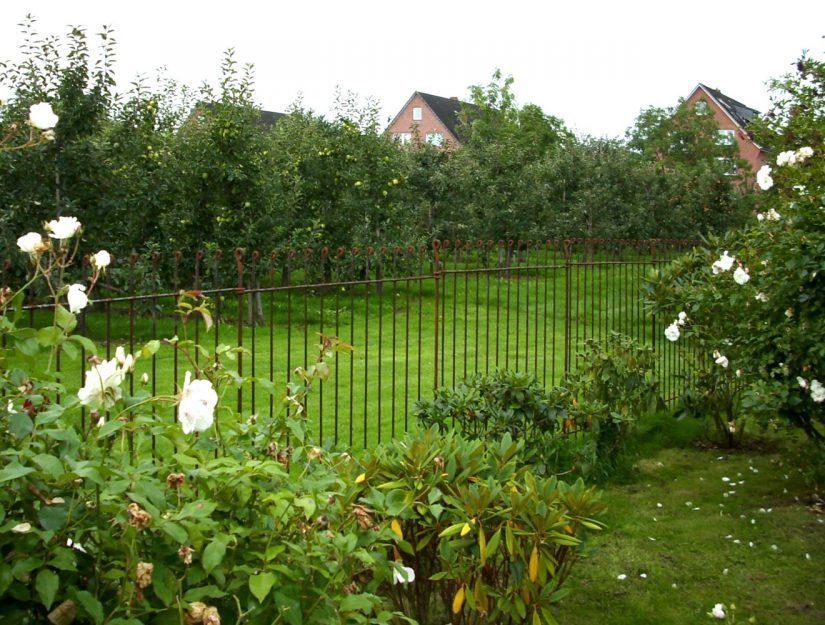Mit dem Steckzaun anneau lässt sich einfach und sehr schnell ein Grundstück einzäunen.
