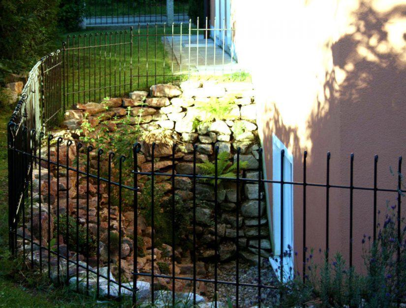 Der Steckzaun anneau lässt sich vor Kellerschächten als Absturzsicherung aufbauen.