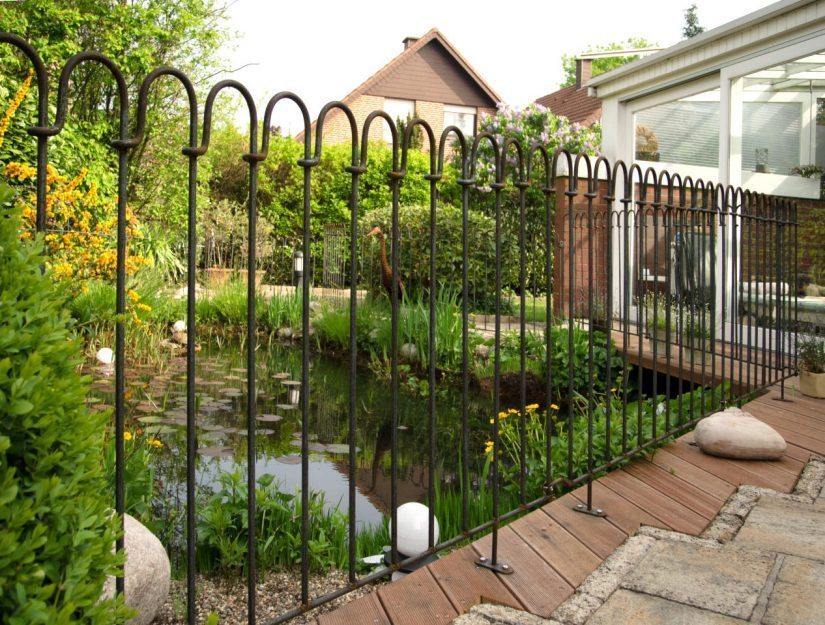 La clôture vissée de la terrasse commence lentement à rouiller.