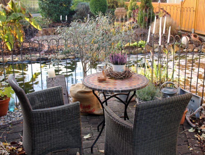 Gemütlicher Sitzplatz vor dem Gartenteich der mit dem Teichzaun gesichert ist.