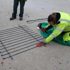 Schnell und genau ließen sich die Gitter leicht biegen mit dem Hammer auf dem Boden.