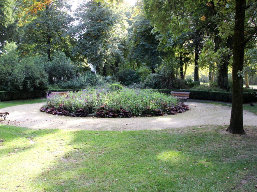 Protection des fleurs avec des clôtures métalliques dans un parc d'une grande ville.