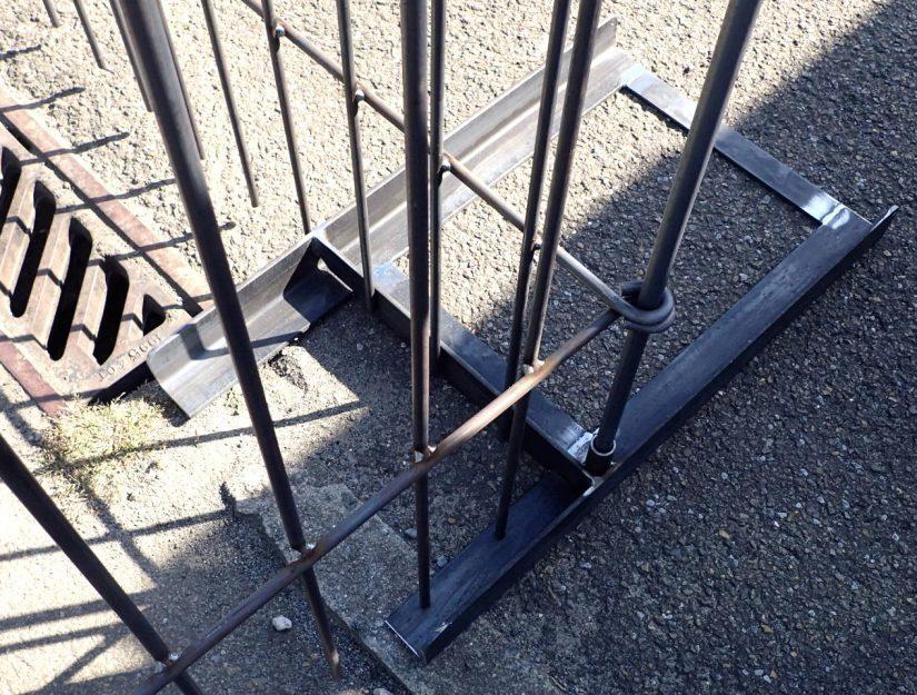 """""""Boden-Ständer mit Rohr LINKS"""" (für Ecken, Enden oder wenn ein sehr schmales Element verbaut wird)."""