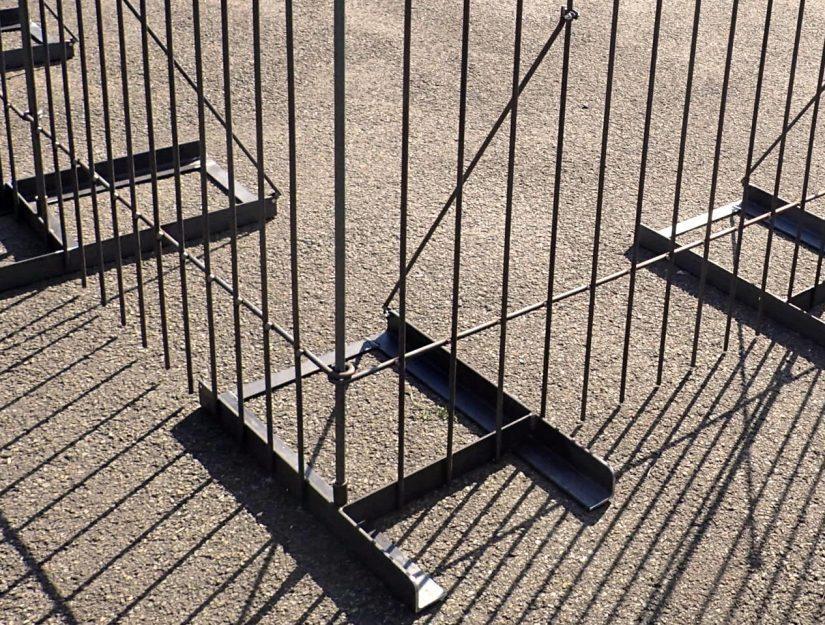 """""""Boden-Ständer mit Rohr RECHTS"""" (für Ecken, Enden an der Mauer, Tür oder sehr schmale Zaunelemente)."""