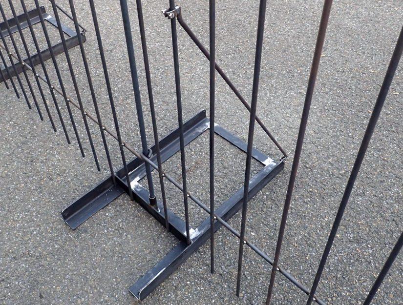 Der Boden-Ständer für den Hunde- und Welpenzaun ist 73 cm lang und 43 cm breit.