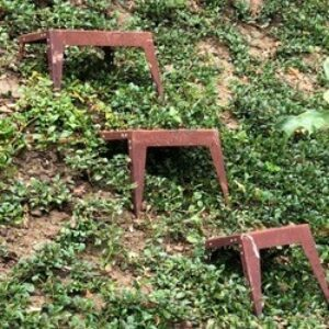 Die Hangstufen gibt es aus Stahl roh (rostet), Stahl verzinkt, Edelstahl oder Aluminium