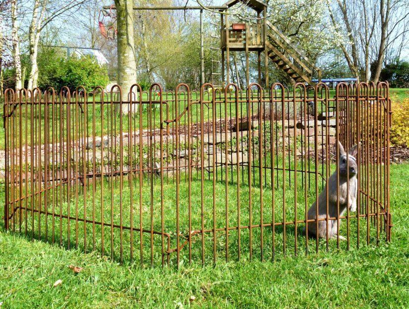 Als Hasengehege im Sechseck aufgebaut. Es wird kein weiteres Zubehör benötigt.