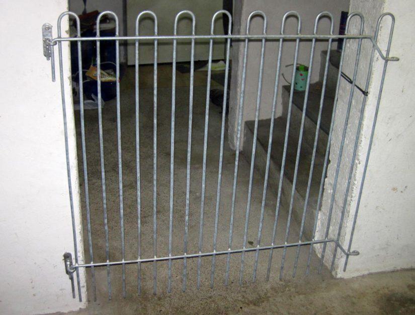 Durch zwei Wandhalter dient das rabbit-Gitter als Tür. Der Verschluss wurde vom Kunden mit einem Gummiband realisiert.