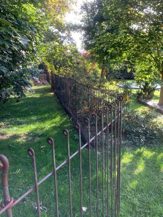 Der Hundeschutz Zaun aus rostendem Stahl ist pflegeleicht und wartungsarm