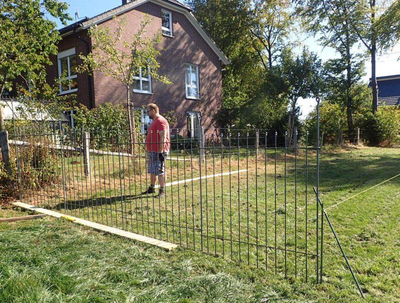 Freistehendes Hundegehege - Aufbau auf einer Wiese mit Schnurgerüst.