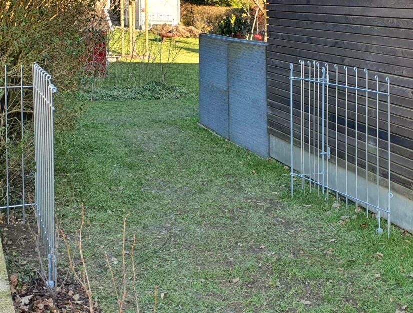 La double porte est ouverte - clôture pour chiens anneau-115-galvanisé.