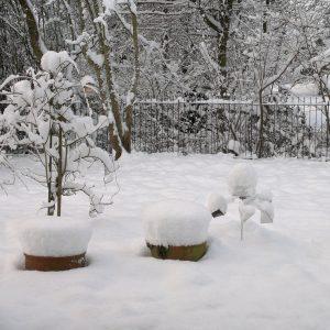 Schnee liegt auf dem Zaun