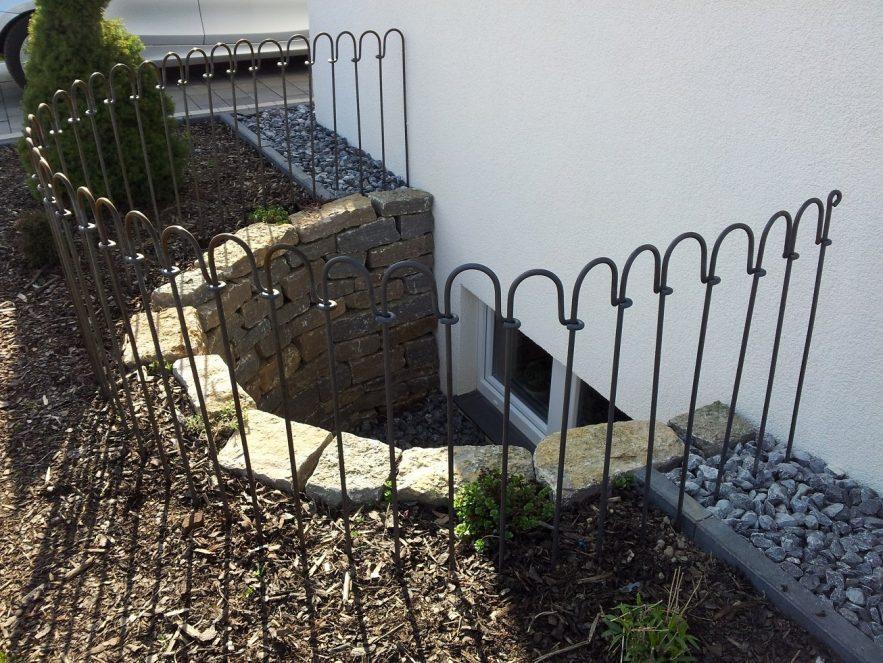 Metall Zaun für einen Lichtschacht zum Kellerfenster