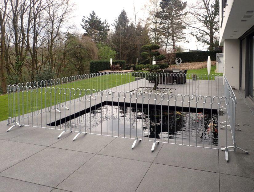 Der Zaun umspannt 5 x 5 Meter um ein Koi-Becken.