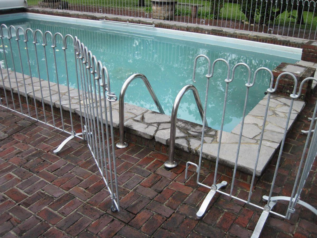 Stellzaun Als Kindersicherung Um Einen Pool Aufgestellt Melabel