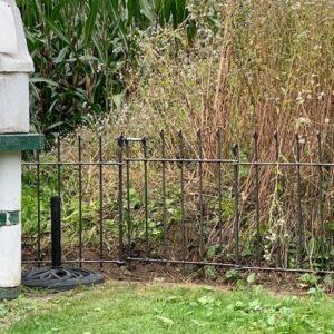 Niedrige Gartenabtrennung mit dem Eisenzaun mit Tor