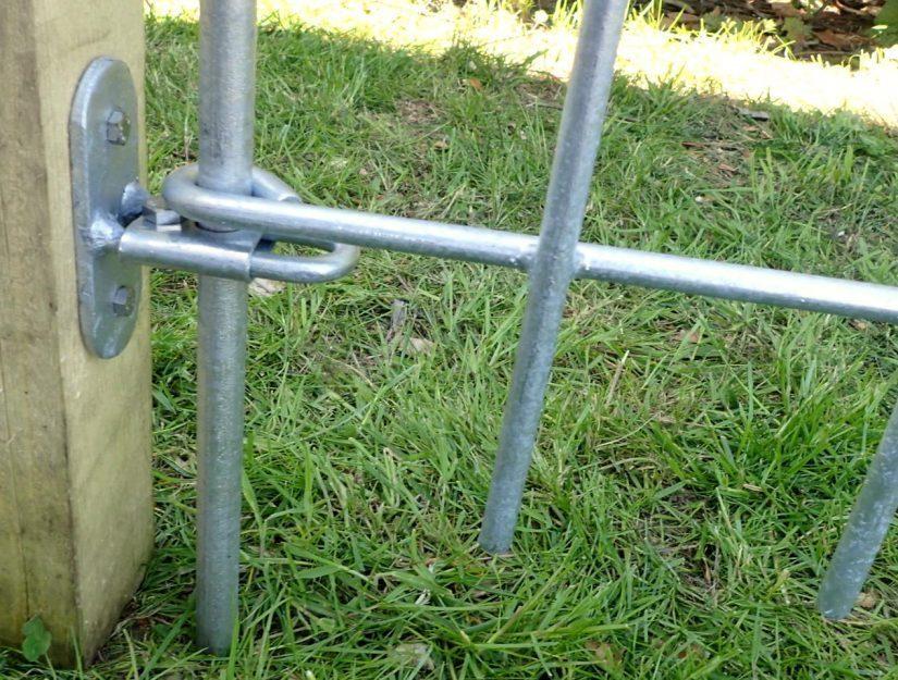 Der Abstand Pfosten/Verbindungsstab kann mit der Klemmführung von 2 bis 6 cm eingestellt werden.