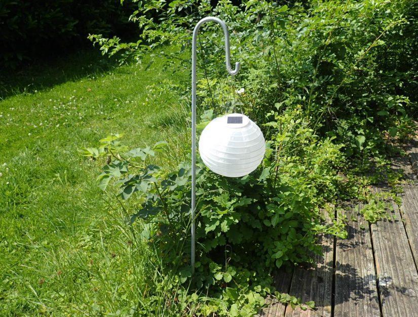 Laternenstab verzinkt mit eingehangener Solarlampe.