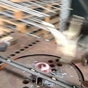 Die Locke wird aus Stahl gewickelt