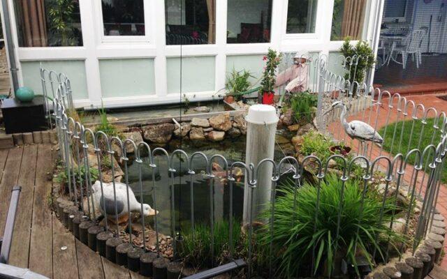 Verzinkter Zaun für einen Gartenteich