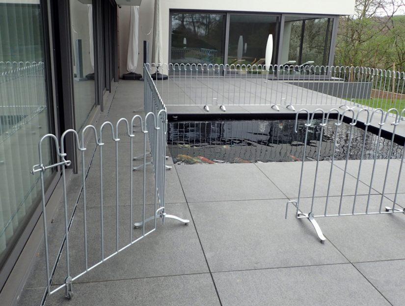 La porte peut également être attachée à un coin de la clôture.