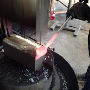 Der Rohrkolben wir aus dem heißen Stahl ausgeschmiedet