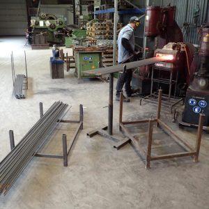 Pflanzstäbe am Luft-Schmiedehammer formen