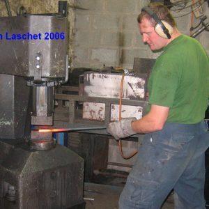 Stephan Laschet schmiedet am Lufthammer ein Blatt an dem Pflanzstab im August 2006