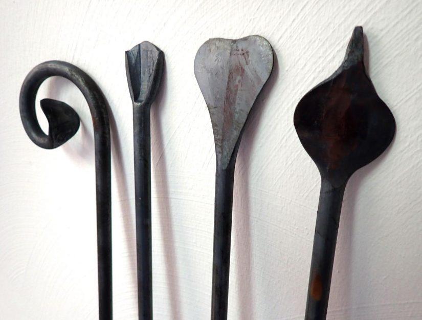 Die vier kleinen Pflanzstäbe: Locke, Entenfuß, Herz und kleiner Rohrkolben.