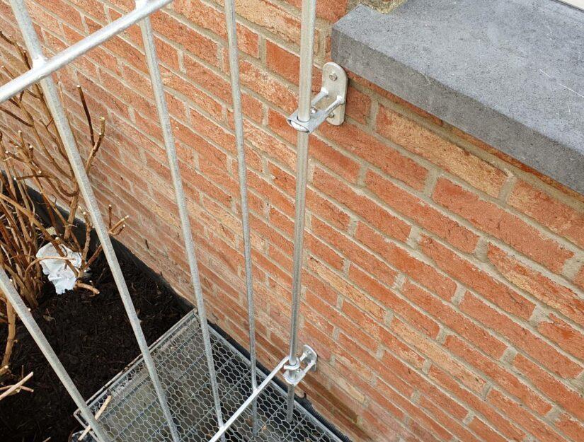 Die Wandhalter haben oben und unten eine Klemmführung, die das Zaunelement fest in seiner Position halten.