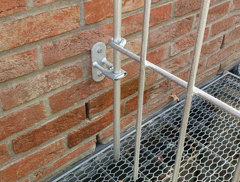 La pince permet de régler l'écartement poteau/raccordement de la barre de 2 à 6 cm.