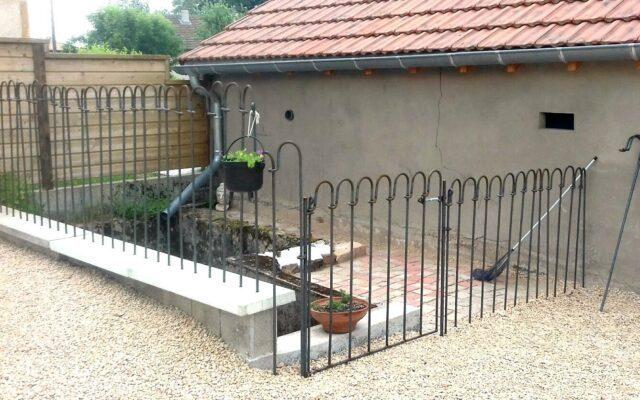 Kindersicherer Zaun vor einer Treppe