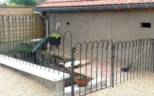 Déballer les piquets de clôture pour pouvoir les rentrer chez moi