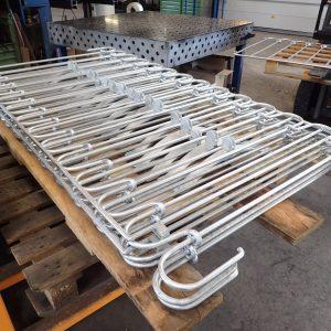 Poolzaun aus verzinktem Stahl wird vor dem Versand auf einer Palette zusammengelegt