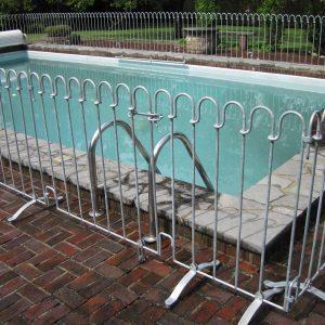 Kindersicherer Zaun um ein Schwimmbad mit Tür
