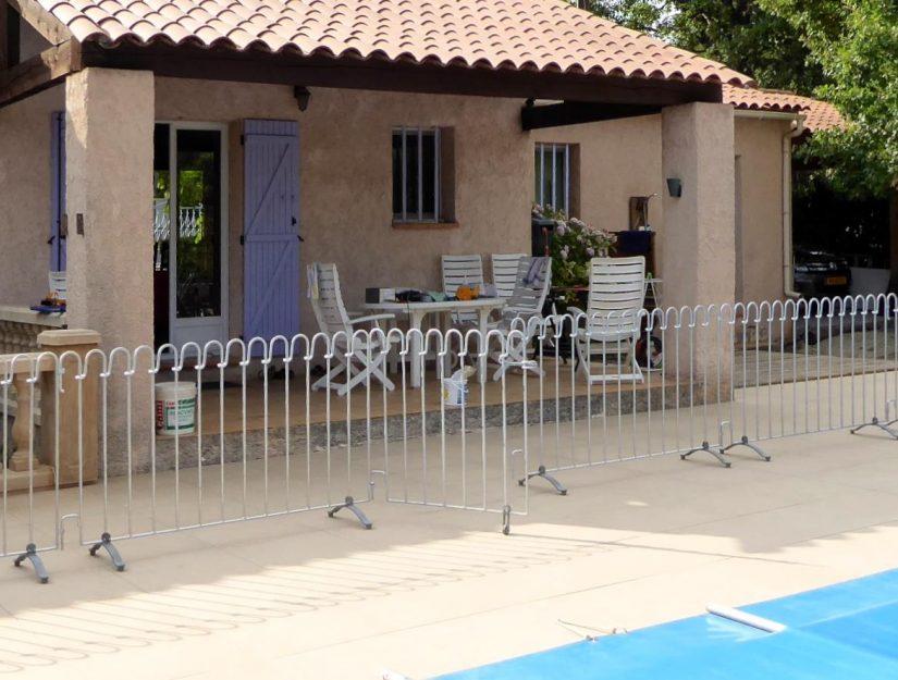 Die verzinkten Poolzaun-Gitter können Sie viele Jahre (Sommer wie Winter) draußen stehen lassen.