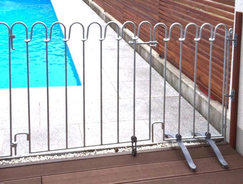 An der rechten Gitterseite werden die poolfix Wandhalter mit einem Endstab verbunden.