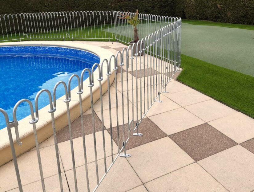 Die Terrassen-Aufschraubplatten können Sie überall unter Ihrem Zaun statt eines Standfußes anschrauben.