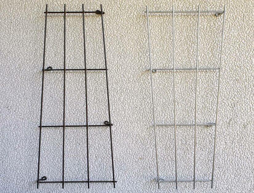 A gauche le treillis en brut (peut rouiller), à droite galvanisé (ne rouille pas).