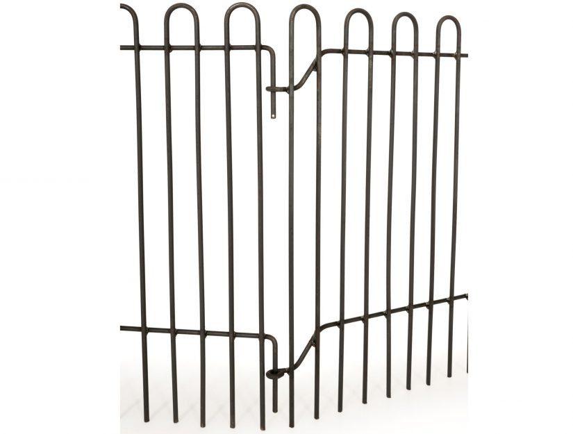 Les éléments de clôture sont simplement accrochés dans les oeillets de l'élément précédent.