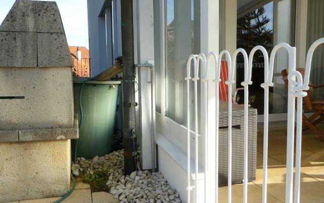 Zaun vor als Regenwassertonne – als Kind-Schutz