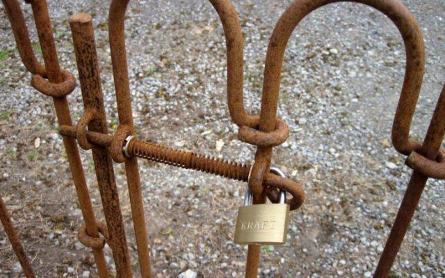 Fixer la porte light à l'aide d'un cadenas.