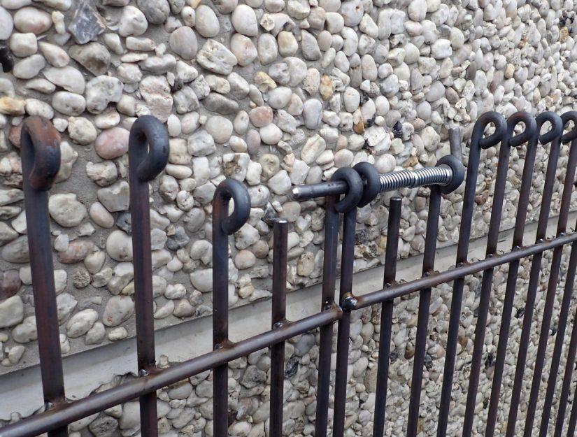 Oben schließt an einer Seite Ihrer Wahl der bewährte Federriegel, dessen starke Feder es für Kleinkinder in der Regel unmöglich macht das Tor zu öffnen.