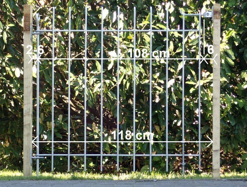 Tür mit Wandhalter, Führungen, Riegel-Wandhalter und Bodenrolle zwischen zwei Pfosten.